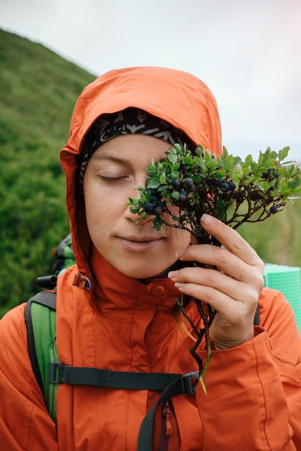 Γυναίκα που ταξιδεύει στο βουνό και που απολαμβάνει τα τοπικά βακκίνια γούστου στοκ εικόνες με δικαίωμα ελεύθερης χρήσης