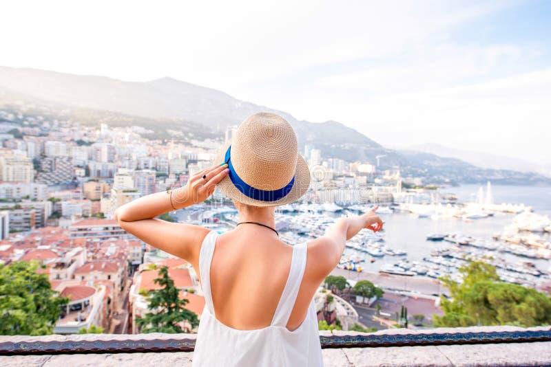 Γυναίκα που ταξιδεύει στο Μονακό στοκ εικόνες