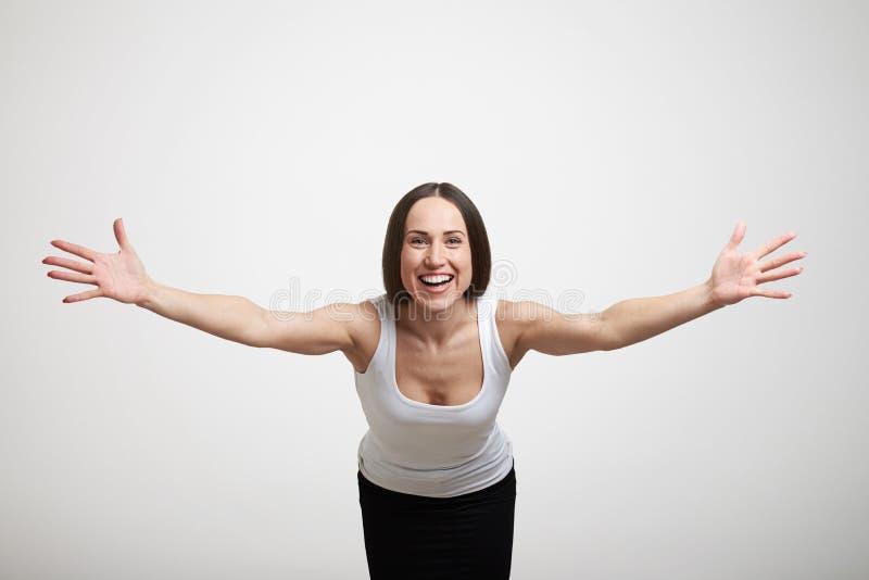 Γυναίκα που τεντώνει έξω τα χέρια της στοκ φωτογραφία