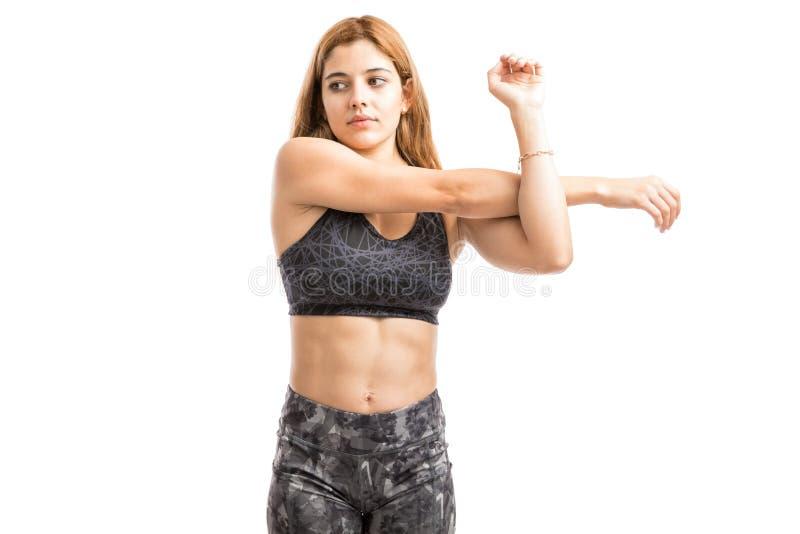 Γυναίκα που τεντώνει τα όπλα της στοκ φωτογραφία με δικαίωμα ελεύθερης χρήσης