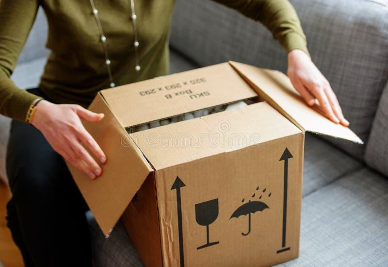 Γυναίκα που το καλό κουτί από χαρτόνι στοκ φωτογραφία