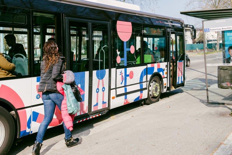 Γυναίκα που τρέχει για να πιάσει το λεωφορείο στοκ φωτογραφία