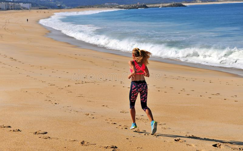 Γυναίκα που τρέχει θαλασσίως το πρωί στοκ φωτογραφία με δικαίωμα ελεύθερης χρήσης