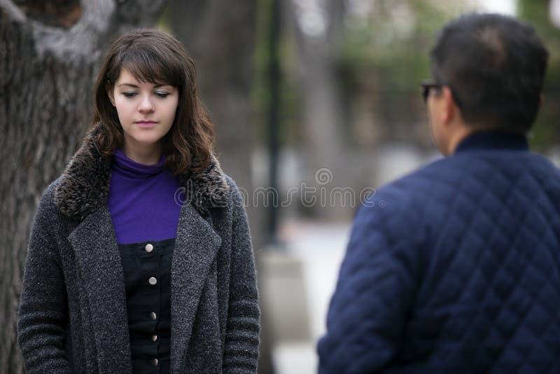 Γυναίκα που τρέχει σε έναν πρώην φίλο στην οδό στοκ εικόνα με δικαίωμα ελεύθερης χρήσης