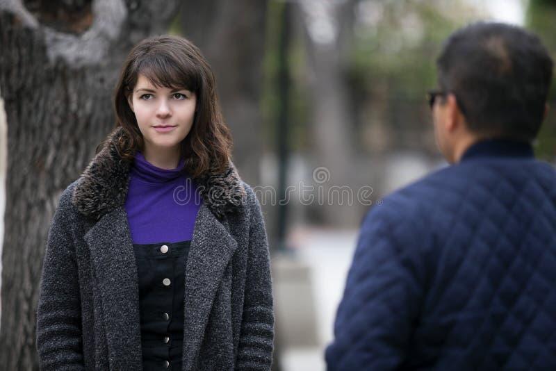 Γυναίκα που τρέχει σε έναν πρώην φίλο στην οδό στοκ φωτογραφία με δικαίωμα ελεύθερης χρήσης