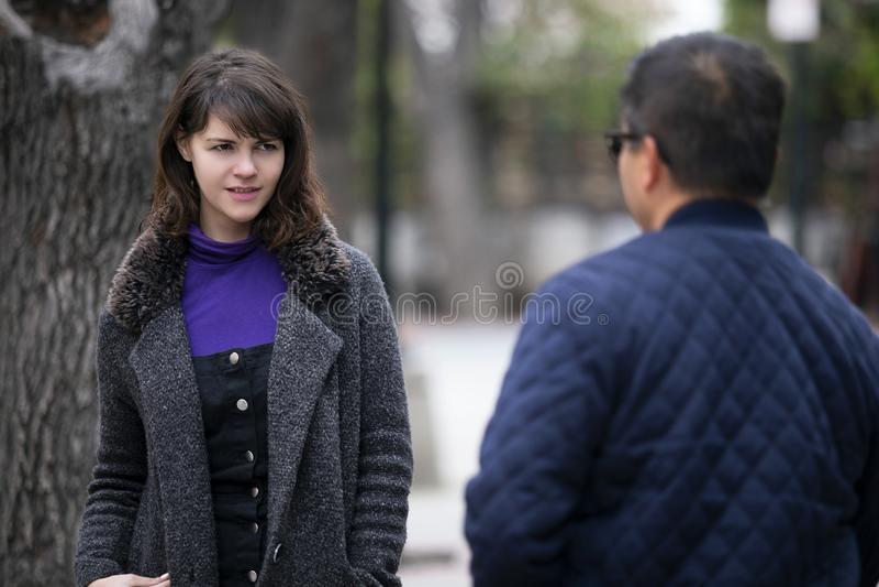 Γυναίκα που τρέχει σε έναν πρώην φίλο στην οδό στοκ εικόνες
