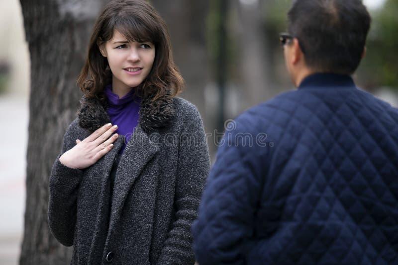 Γυναίκα που τρέχει σε έναν πρώην φίλο στην οδό στοκ εικόνες με δικαίωμα ελεύθερης χρήσης