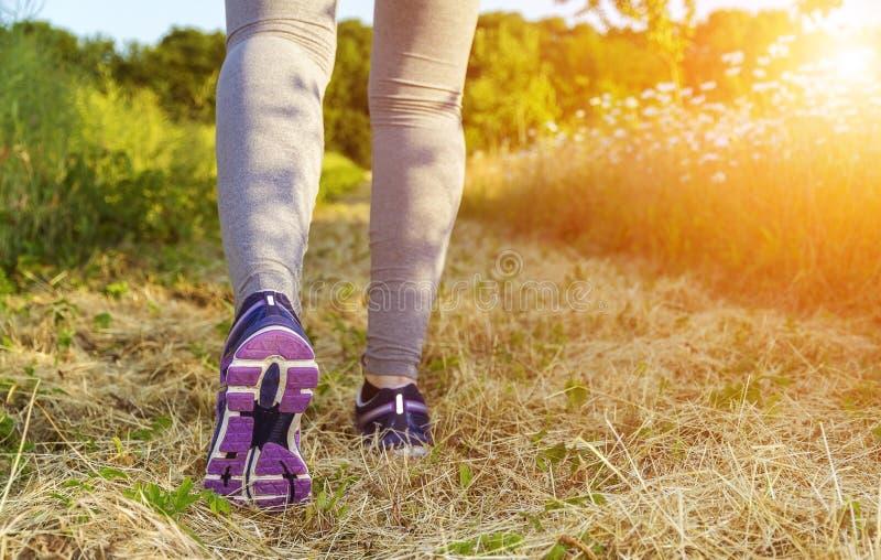 Γυναίκα που τρέχει σε έναν τομέα απεικόνιση αποθεμάτων