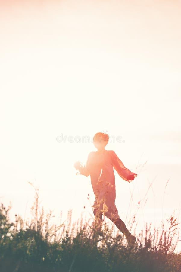Γυναίκα που τρέχει στην ελευθερία μέσω του τομέα επαρχίας στοκ φωτογραφία με δικαίωμα ελεύθερης χρήσης