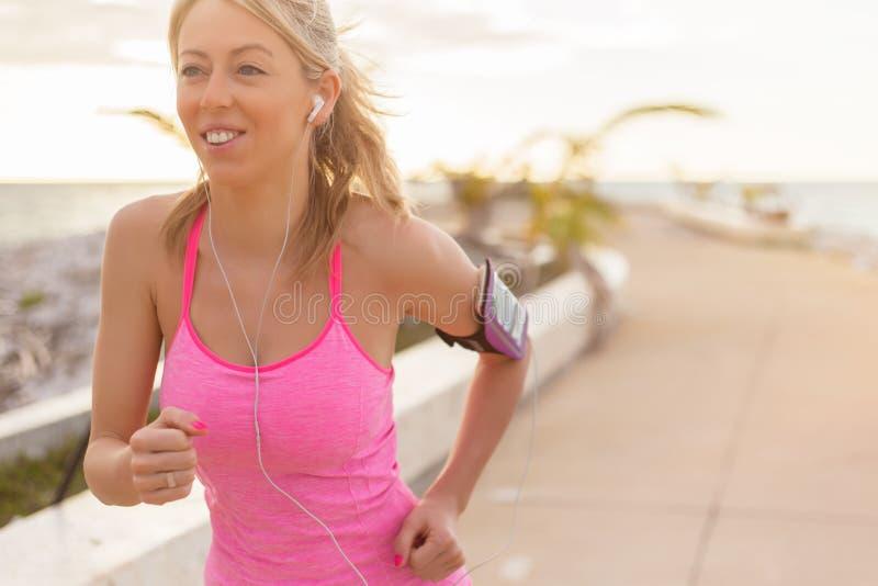 Γυναίκα που τρέχει υπαίθρια στην ανατολή στοκ φωτογραφία