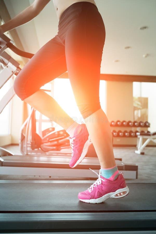 Γυναίκα που τρέχει treadmill στοκ φωτογραφία με δικαίωμα ελεύθερης χρήσης