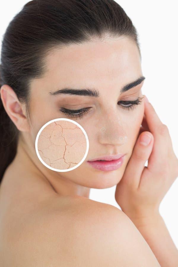 Γυναίκα που τρίβει το δέρμα της με στενό επάνω των ρυτίδων της στοκ φωτογραφίες