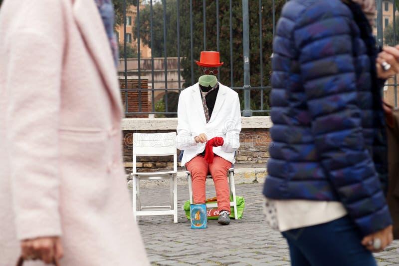 Γυναίκα που τραγουδά και άρπα παιχνιδιού υπαίθρια στο εργοτάξιο κοντά στο colosseum στη Ρώμη στοκ φωτογραφία με δικαίωμα ελεύθερης χρήσης