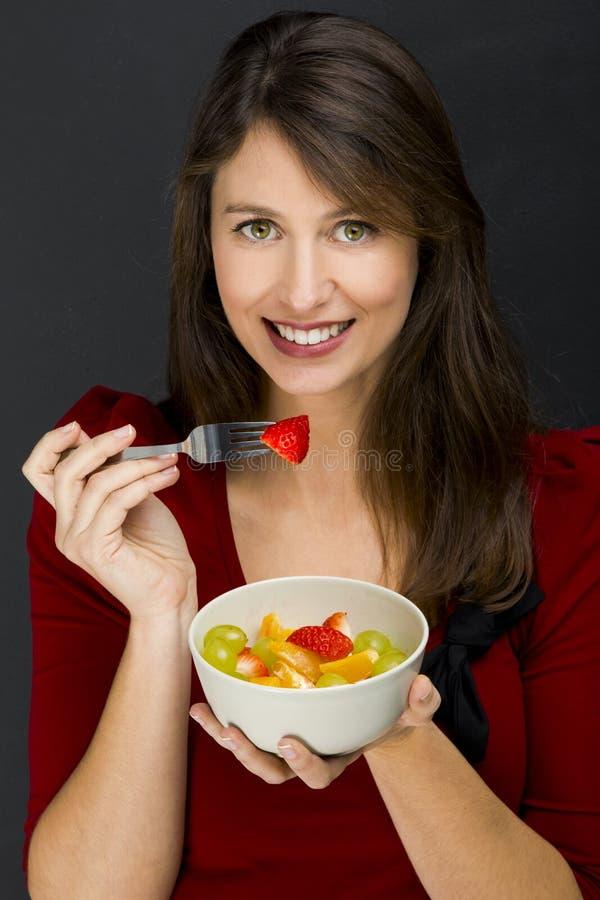 Γυναίκα που τρώει μια σαλάτα φρούτων στοκ φωτογραφίες με δικαίωμα ελεύθερης χρήσης