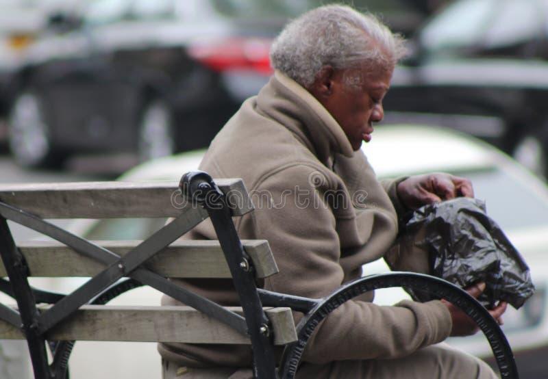 Γυναίκα που τρώει στον πάγκο στοκ φωτογραφία