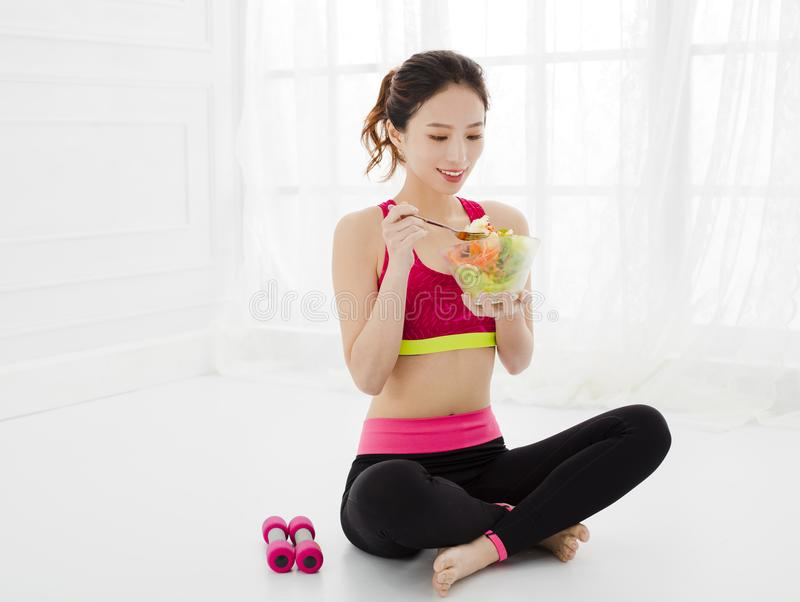 Γυναίκα που τρώει την υγιή σαλάτα μετά από το workout στοκ φωτογραφία με δικαίωμα ελεύθερης χρήσης
