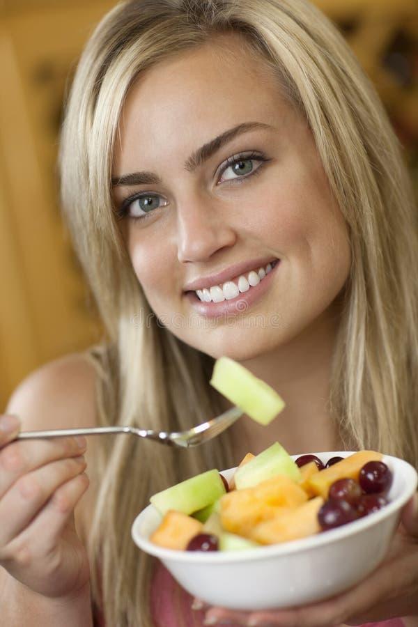 Γυναίκα που τρώει τη σαλάτα καρπού στοκ φωτογραφία με δικαίωμα ελεύθερης χρήσης