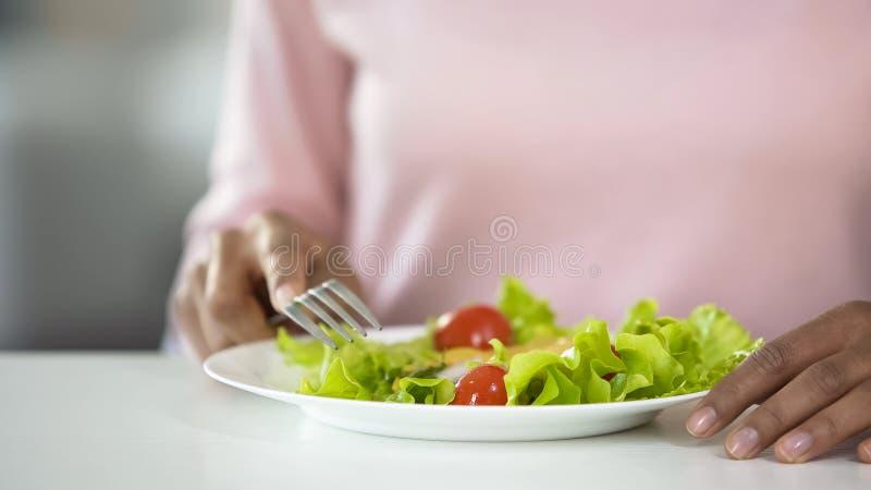 Γυναίκα που τρώει τη φυτική κινηματογράφηση σε πρώτο πλάνο σαλάτας, υγιείς συνήθειες κατανάλωσης, να κάνει δίαιτα υψηλός-ινών στοκ εικόνα