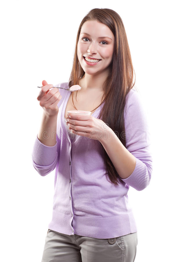 Γυναίκα που τρώει το γιαούρτι στοκ εικόνα