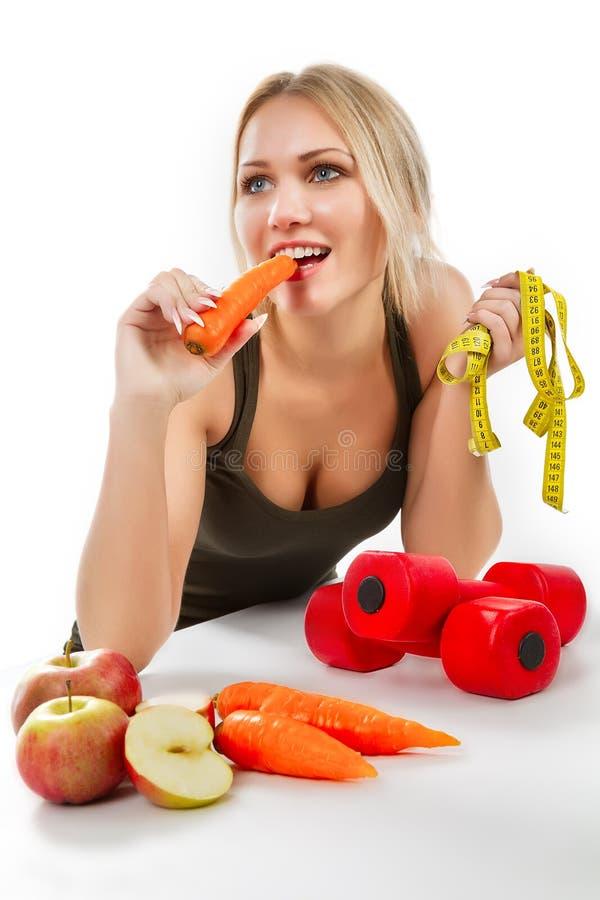 Γυναίκα που τρώει το καρότο στοκ εικόνα