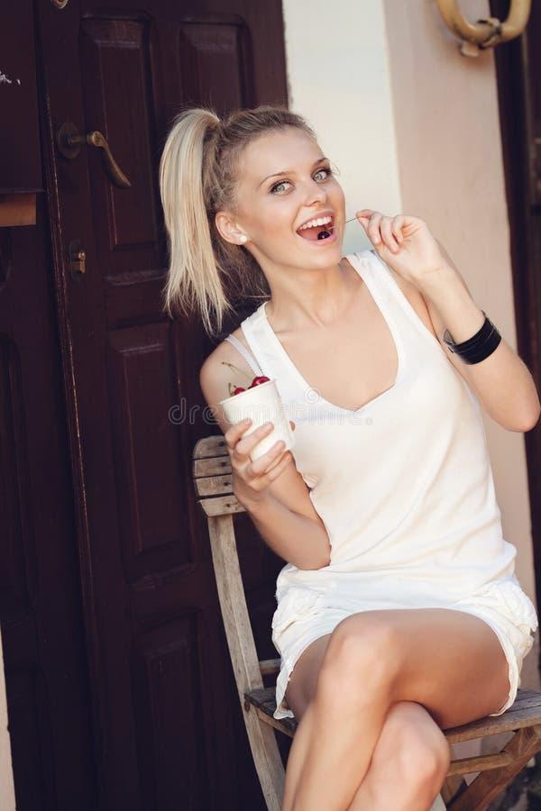 Γυναίκα που τρώει το κεράσι Στοκ Εικόνες