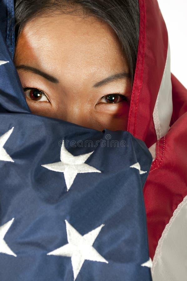 Γυναίκα που τυλίγεται αραβική στη σημαία στοκ εικόνες