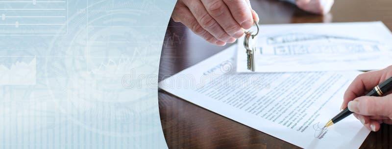 Γυναίκα που υπογράφει μια σύμβαση ακίνητων περιουσιών (κείμενο Lorem Ipsum)  πανοραμικό έμβλημα στοκ εικόνες