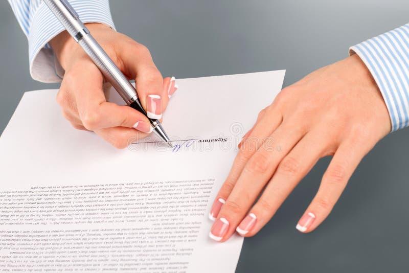 Γυναίκα που υπογράφει τη σύμβαση μισθώματος στοκ εικόνες με δικαίωμα ελεύθερης χρήσης