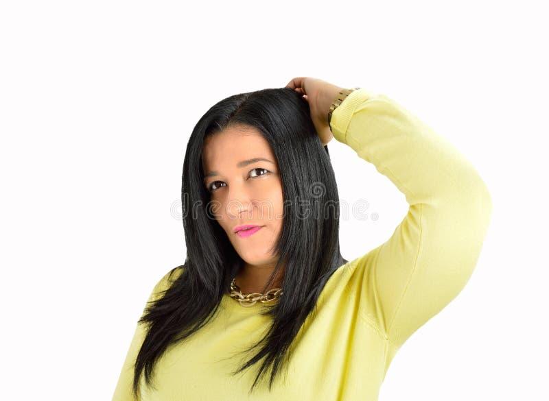 Γυναίκα που φαγουρίζει το κεφάλι της στοκ εικόνες