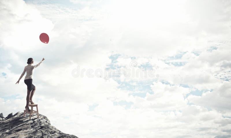 Γυναίκα που φθάνει στο χέρι επάνω στοκ φωτογραφία με δικαίωμα ελεύθερης χρήσης