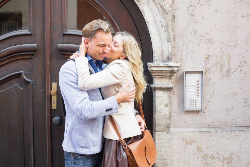 Γυναίκα που φιλά έναν άνδρα στοκ εικόνες