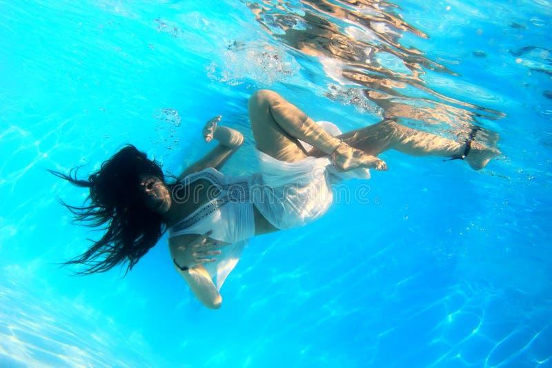 Γυναίκα που φορά ένα άσπρο φόρεμα υποβρύχιο στοκ εικόνα