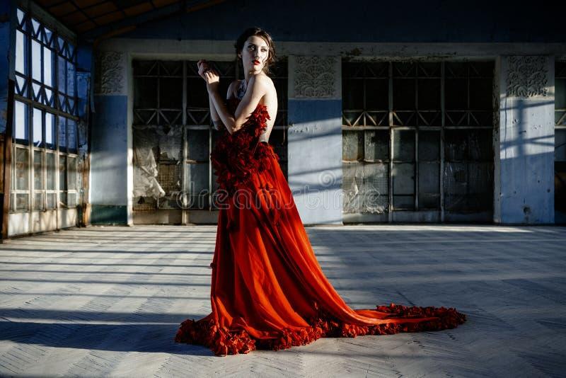 Γυναίκα που φορά ένα κόκκινο φόρεμα, στοκ εικόνες