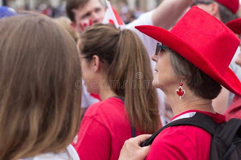 Γυναίκα που φορά ένα κόκκινο stetson στους εορτασμούς ημέρας του Καναδά στη πλατεία Τραφάλγκαρ, Λονδίνο 2017 στοκ εικόνα