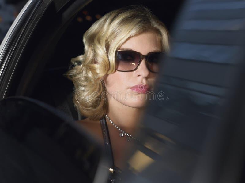 Γυναίκα που φορά τα γυαλιά ηλίου σε Limousine στοκ φωτογραφίες