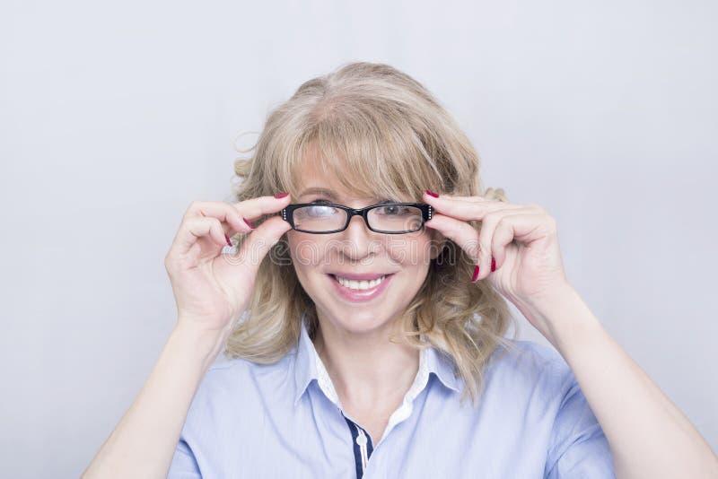 Γυναίκα που φορά τα γυαλιά στοκ φωτογραφία