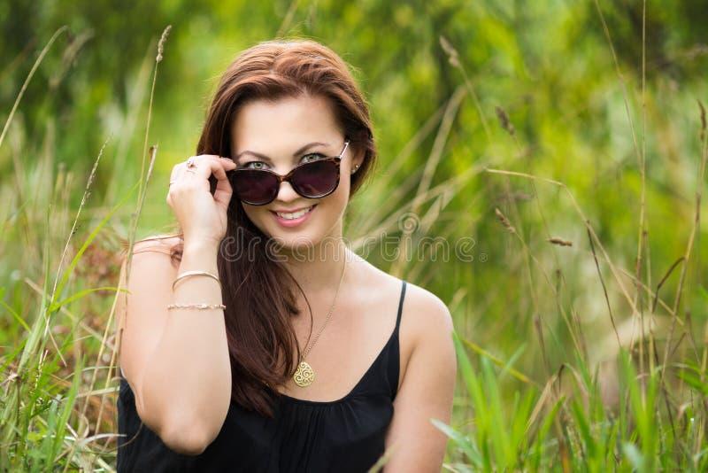 Γυναίκα που φορά τα γυαλιά στοκ φωτογραφία με δικαίωμα ελεύθερης χρήσης