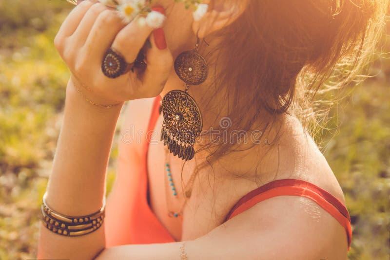 Γυναίκα που φορά τα εξωτικά κοσμήματα και τη χρυσή δερματοστιξία mehendi στοκ εικόνες