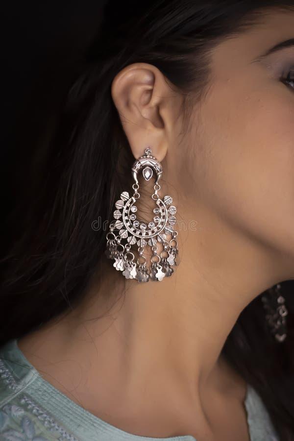 Γυναίκα που φορά τα κοσμήματα δαχτυλιδιών και βραχιολιών στοκ εικόνες