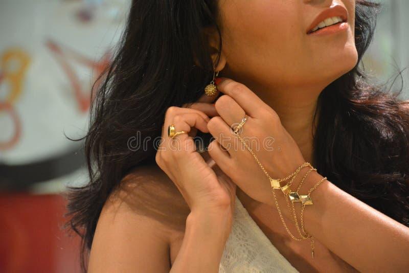Γυναίκα που φορά τα όμορφα κοσμήματα στοκ φωτογραφία με δικαίωμα ελεύθερης χρήσης