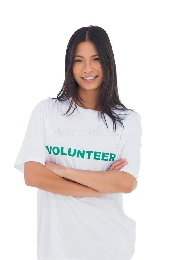 Γυναίκα που φορά την εθελοντική μπλούζα με τα όπλα που διασχίζονται στοκ φωτογραφία με δικαίωμα ελεύθερης χρήσης