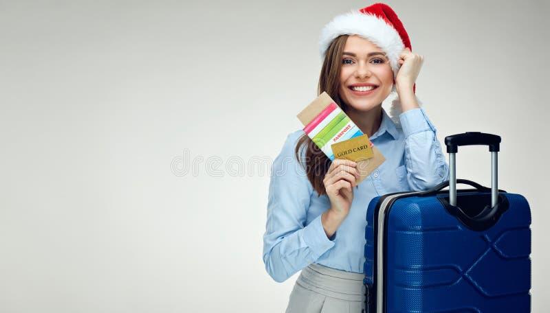 Γυναίκα που φορά την κάρτα πιστωτικής πληρωμής εκμετάλλευσης καπέλων Santa Χριστουγέννων, π στοκ εικόνα