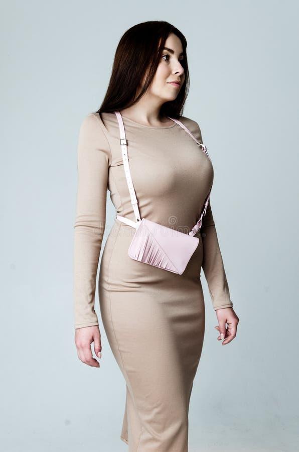 Γυναίκα που φορά την τσάντα φορεμάτων και ζωνών στοκ εικόνες