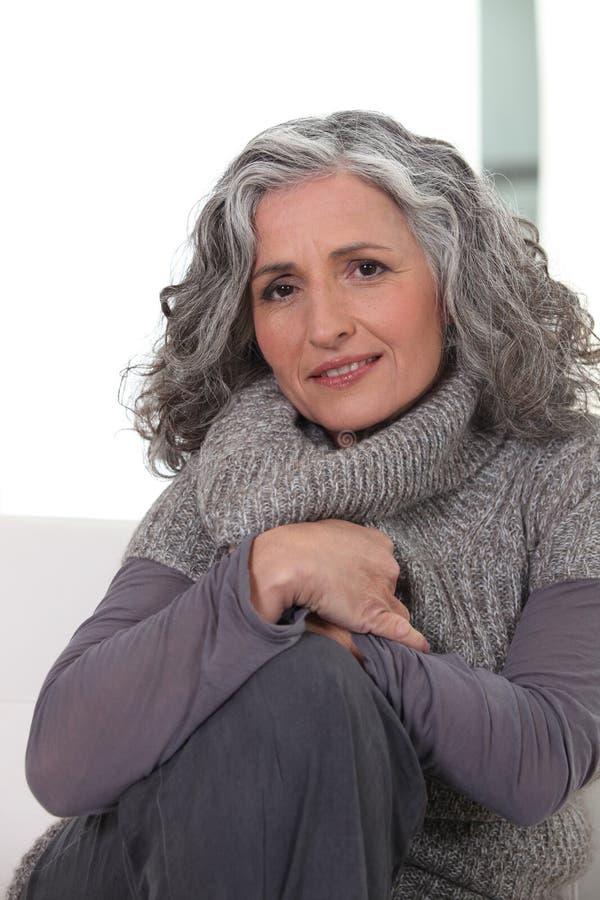 Γυναίκα που φορά τον γκρίζο ιματισμό στοκ φωτογραφία