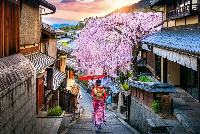 Γυναίκα που φορά το ιαπωνικό παραδοσιακό κιμονό που περπατά στην ιστορική περιοχή Higashiyama την άνοιξη, Κιότο στην Ιαπωνία στοκ φωτογραφίες με δικαίωμα ελεύθερης χρήσης