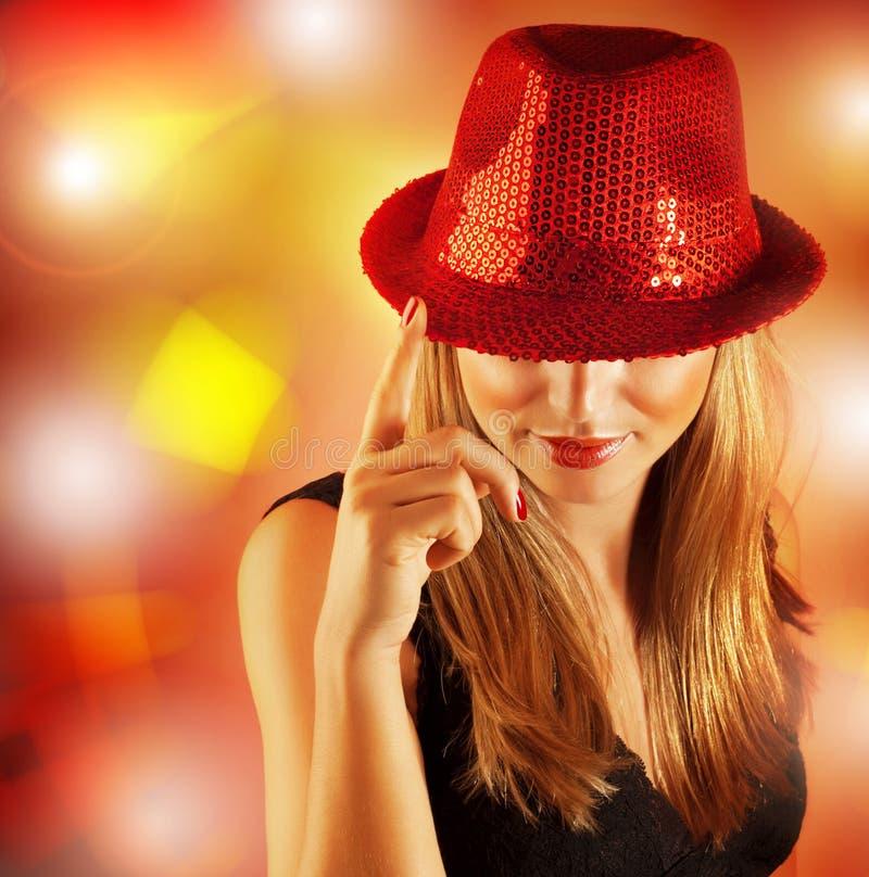 Γυναίκα που φορά το κόκκινο καπέλο στοκ εικόνες