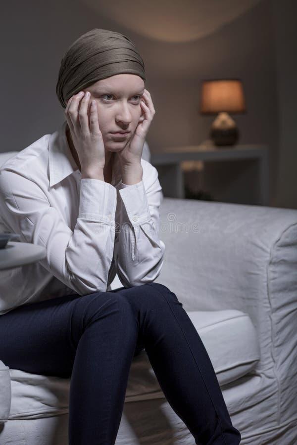 Γυναίκα που φορά το μαντίλι μετά από τη χημειοθεραπεία στοκ εικόνα