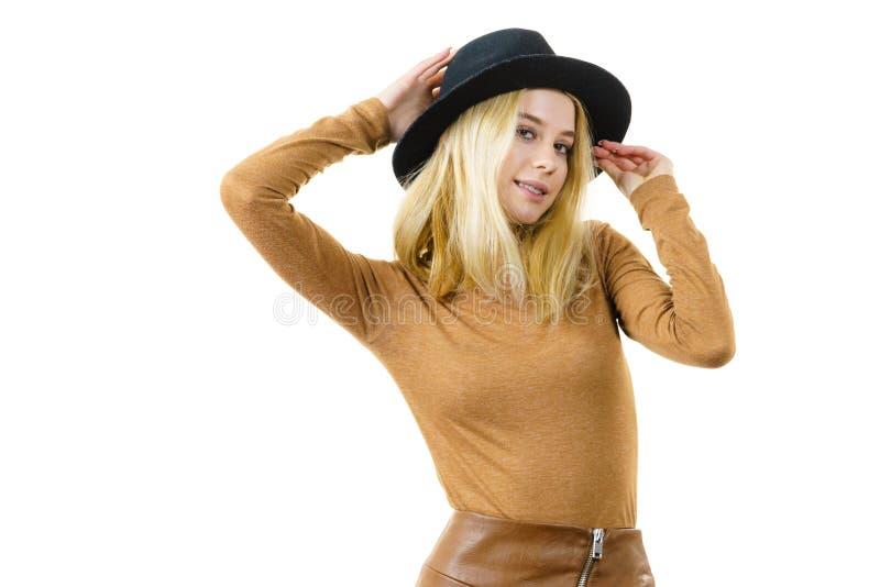 Γυναίκα που φορά το σουέτ και το μαύρο καπέλο στοκ φωτογραφία με δικαίωμα ελεύθερης χρήσης
