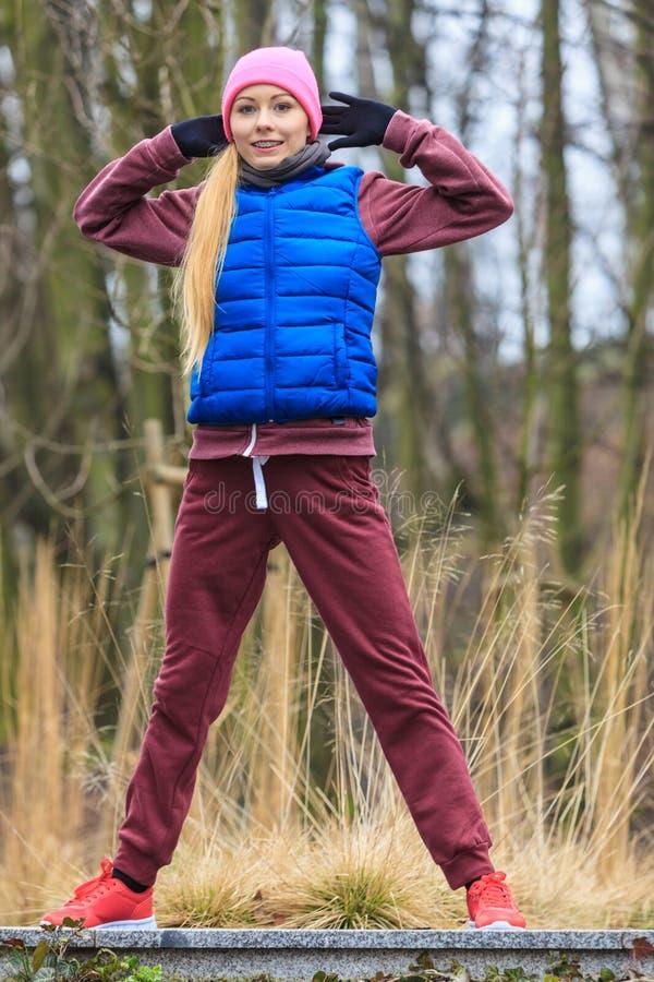 Γυναίκα που φορά sportswear που ασκεί έξω κατά τη διάρκεια του φθινοπώρου στοκ φωτογραφία