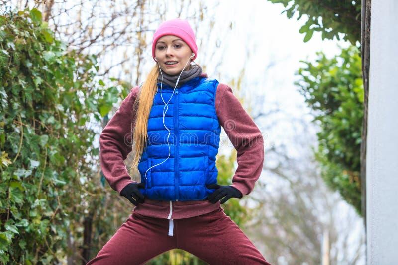 Γυναίκα που φορά sportswear που ασκεί έξω κατά τη διάρκεια του φθινοπώρου στοκ εικόνες